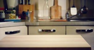Holztisch auf unscharfem Hintergrund der Küche lizenzfreie stockbilder