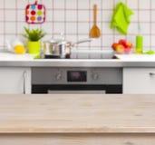 Holztisch auf unscharfem Küchenbankhintergrund Lizenzfreies Stockbild