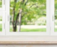Holztisch über Sommerfensterhintergrund Stockfoto