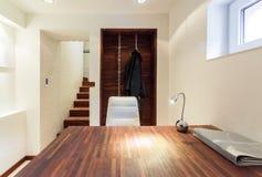Holztisch in der modernen Wohnung stockbild