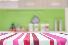 Holztisch für anwesendes Produkt auf bokeh Hintergrund Stockfoto