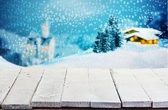 Holztisch gegen eine Winter Weihnachtsszene Lizenzfreie Stockfotografie