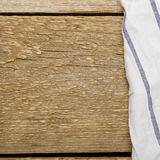 Holztisch gemacht von den Planken mit weißem Tuch Lizenzfreies Stockfoto