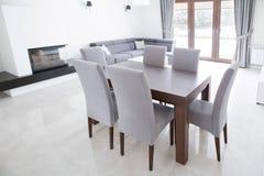 Holztisch im eleganten Innenraum Stockbilder