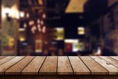 Holztisch im resturant Hintergrund der Unschärfe Lizenzfreie Stockfotos