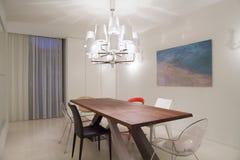 Holztisch innerhalb des hellen Raumes Stockfotografie