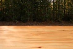 Holztisch mit bokeh Hintergrund Stockfoto