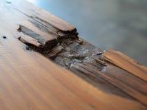 Holztisch mit einem Teil weg abgebrochen stockbilder