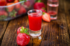 Holztisch mit Erdbeerlikör, selektiver Fokus stockfoto
