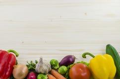 Holztisch mit Frischgemüse Hintergrund Stockfoto