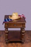 Holztisch mit Hut und Flagge Stockfotos