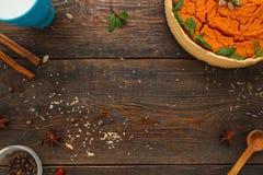 Holztisch mit Kürbiskuchen- und Produktebenenlage lizenzfreies stockbild