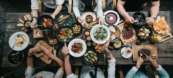 Holztisch mit Lebensmittel, Draufsicht stockbild