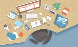 Holztisch mit Pause, Stuhl, Monitor, Bücher, Notizbuch, Kopfhörer, Telefon Moderner und stilvoller Arbeitsplatz lizenzfreie abbildung