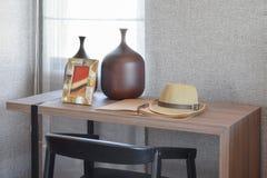 Holztisch mit schwarzem Stuhl und Bücher im modernen Arbeitsbereich Stockfotografie