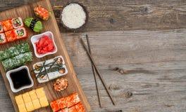 Holztisch mit Textraum und Satz Sushi Stockbild
