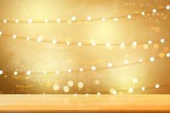 Holztisch mit undeutlichen Lichtern stockbilder