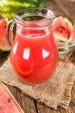Holztisch mit Wassermelone Smoothie u. x28; selektives focus& x29; stockfotos