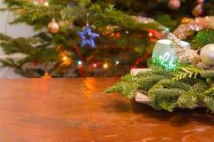 Holztisch mit Weihnachtsdekorations- und -baumlichtern stockfotos
