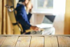 Holztisch-Spitze gegen Innenhintergrund stockfotografie