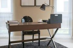 Holztisch und Bücher im modernen Funktionsraum Stockbilder