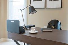 Holztisch und Bücher im modernen Funktionsraum Lizenzfreie Stockbilder