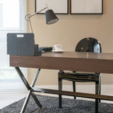 Holztisch und Bücher im modernen Funktionsrauminnenraum Stockbilder