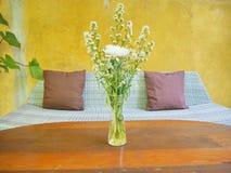 Holztisch und Blumen im Freien in einem Vase Stockfotografie