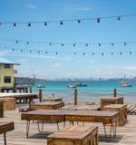 Holztisch und Kasten Restaurant im im Freien Hintergrund ist landsc Stockfoto