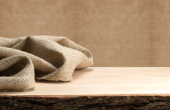 Holztisch und Sackleinen Stockbilder