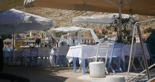 Holztisch und Stühle bereiteten sich für Kunden durch die Seeküste vor stock footage