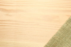 Holztischaufkleber mit Sackleinen Lizenzfreie Stockfotografie
