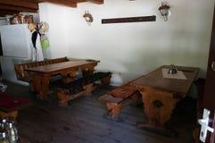Holztische und Bank auf Terrasse Lizenzfreies Stockbild