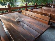 Holztische und Bank auf Terrasse Lizenzfreie Stockfotografie