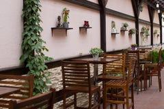 Holztische und chaires auf Terrasse Lizenzfreie Stockfotos