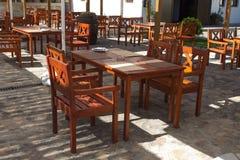 Holztische und chaires auf Terrasse Stockfotos