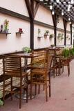 Holztische und chaires auf Terrasse Stockfotografie