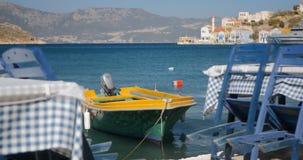 Holztische und Stühle bereiteten sich für Kunden durch die Seeküste vor stock video footage