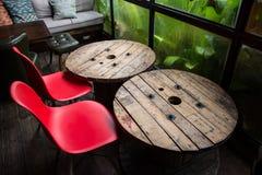 Holztische und Stühle in der Kaffeestube Lizenzfreie Stockfotos