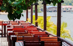 Holztische und Stühle an einem Freiterrasse Restaurant Lizenzfreie Stockfotos