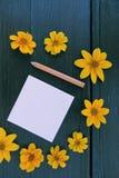 Holztischpapierbleistiftblumen Stockbilder