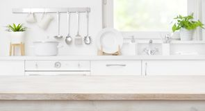 Holztischspitze auf defocused Küchenraum und Fensterhintergrund stockbild