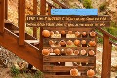 Holzverkleidung mit Muschelaschenbechern auf einem Retro- Strand Stockfotografie