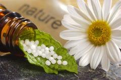 Homöopathie mit Kügelchen Stockfotos