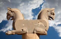 Homa Statuary грифона прописное в Persepolis Шираза в Иране против голубого неба с белыми пушистыми облаками Стоковое Изображение