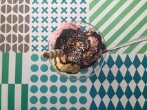 Homade glass, jordgubbe, Lucuma och Chololate arkivbild