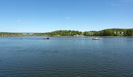 Homar łodzie cumować przy Belfast Maine ukrywają w opóźnionej wiośnie obraz stock