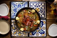 Homards sautés avec les haricots verts, les palourdes et le citron dans la table arabe Photographie stock