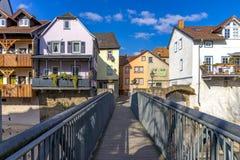 Hombes bro över Ellerbachen till den gamla staden av dåliga Kreuznac arkivbild