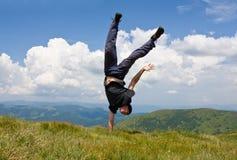 Hombre ágil feliz en montañas imágenes de archivo libres de regalías